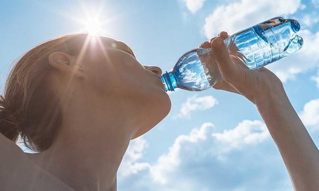 beber agua evitará la retención de líquidos