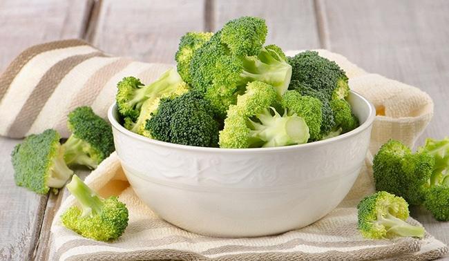el brócoli es un superalimento por que tiene múltiples vitaminas y minerales.